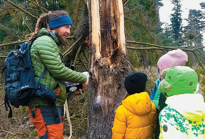 zážitkové učenie - deti pri tzv. Medveďom strome