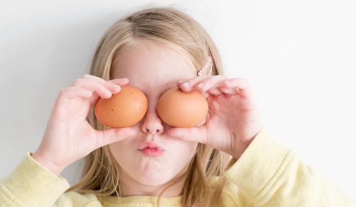 dievčatko a veľkonočné vajíčka