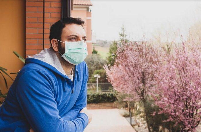 v dôsledku koronavírusu