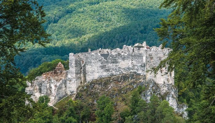 Legendami opradený hrad Uhrovec