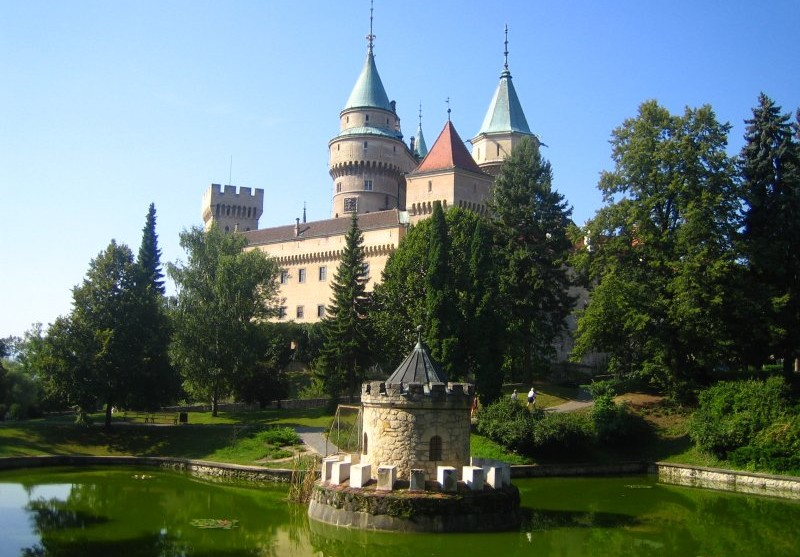 Pohľad na Bojnický zámok z parku.