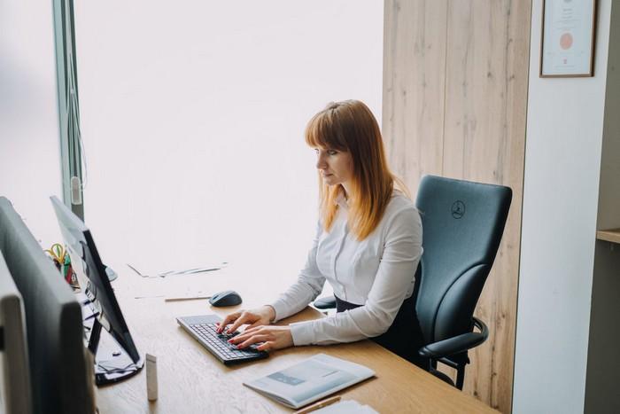 správne sedenie za počítačom
