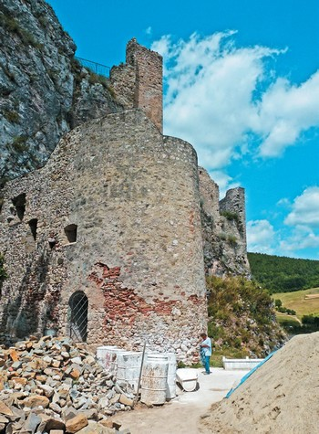 Hrad Lednica - hrady Bielych Karpát na bicykli