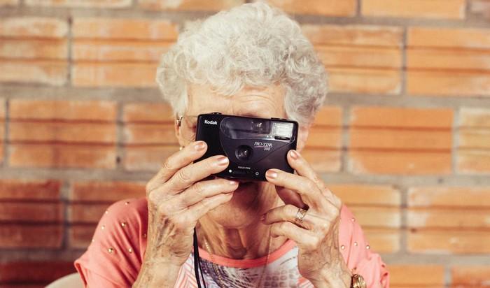 pomôcky pre seniorov - babička fotí