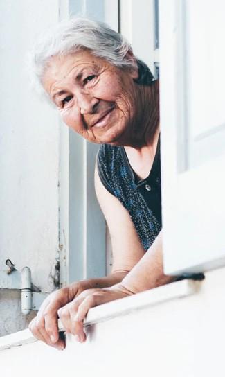 babička v okne