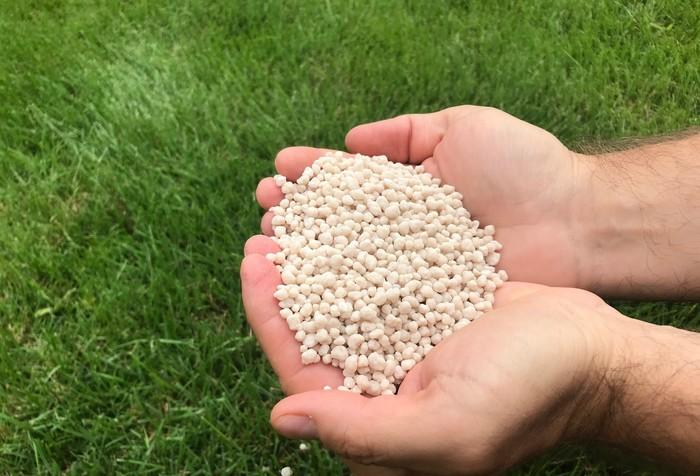 granulované hnojivo pre trávnik