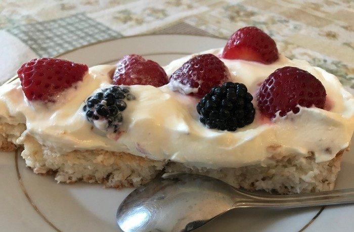 recept na letný koláčik s mascarpone, ovocím a kokosovým korpusom