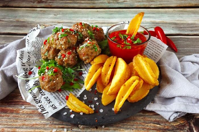 streetfoodové recepty - mäsové guľôčky s paradajkovým dipom
