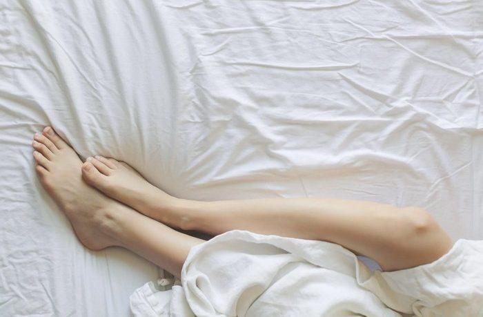 oplatí sa spať v ponožkách?
