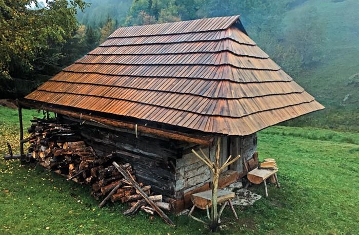 Zrekonštruovaná koliba v lokalite Štoliansko (2020)