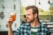 jedlo a pivo idú k sebe