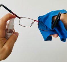Ako si správne čistiť okuliare? Mydlo ateplú vodu radšej odložte!