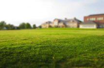 suché miesta v trávniku a nerovnosti