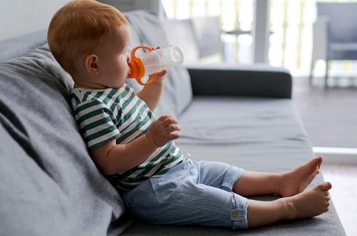 dieťa pije a rizikové plasty
